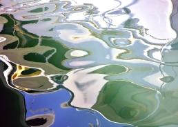 Reflet dans l'eau de bateau et cordage aux couleurs vives qui donne lieu à une composition intéressante, laissant apparaitre sur le côté gauche une tête d'animal.